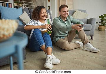 couple, mélangé-race, maison heureuse