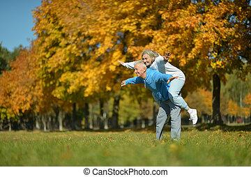 couple, mûrir, amusant, parc