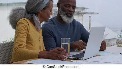 couple, mûrir, ordinateur portable, utilisation
