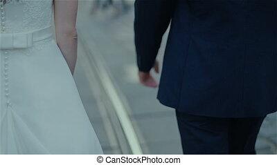 couple, main, attrapé, jeune