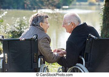 couple, mains, tenue, fauteuils roulants