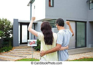 couple, maison, achat, après, heureux