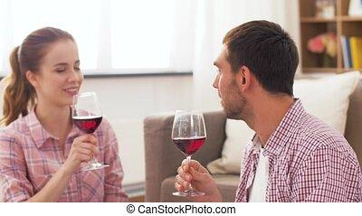 couple, maison, boire, heureux, vin rouge