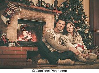 couple, maison, cheminée, noël, décoré, intérieur