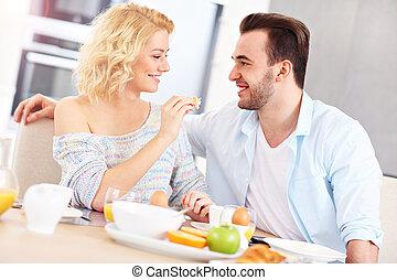 couple, manger, jeune, petit déjeuner