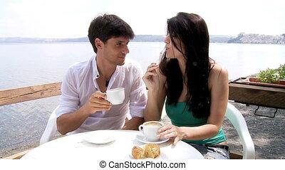 couple, manger petit déjeuner, heureux