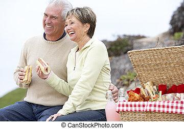 couple, manger, une, fresque al, repas, plage