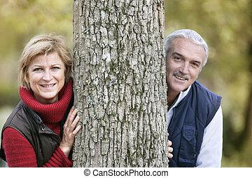 couple, mariés, arbre, contre, penchant