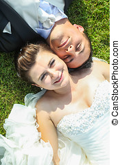 couple, mariés, herbe, mensonge