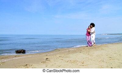 couple, mariés, plage, marche