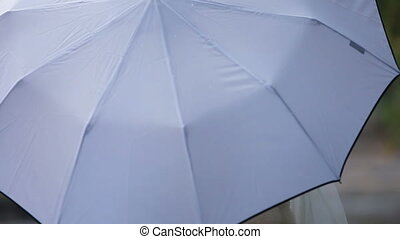 couple, mariage, parapluie, blanc, sous