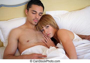 couple, mettre dans lit, ensemble