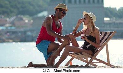 couple, multiculturel, jeune, amusement, plage, avoir