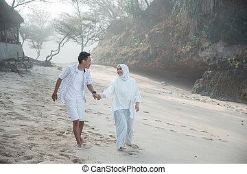 couple, musulman, plage, ensemble