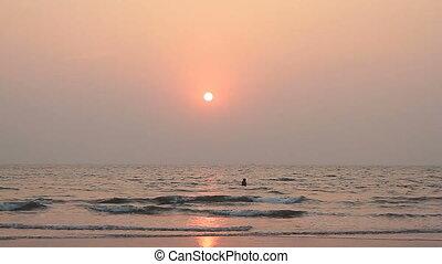 couple, natation, océan coucher soleil