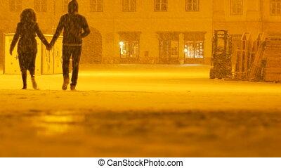 couple, neigeux, marche, nuit