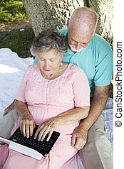 couple, netbook, personne agee