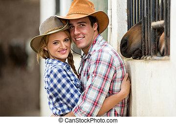 couple, occidental, étreindre, écuries
