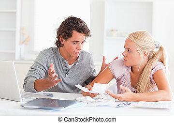 couple, ordinateur portable, factures