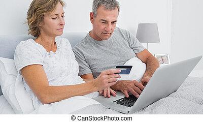 couple, ordinateur portable, leur, utilisation, achat, pensif, ligne