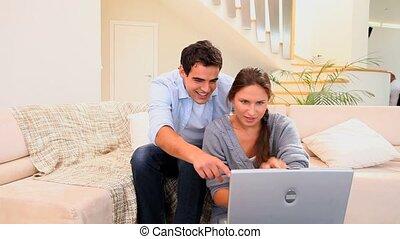 couple, ordinateur portable, quelque chose, rire
