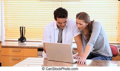 couple, ordinateur portable, quoique, regarder, rire