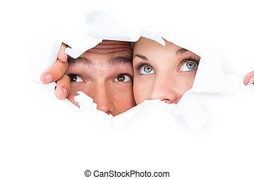 couple, par, papier, déchiré, jeter coup oeil, jeune
