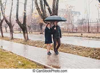couple, parapluie, jeune, sous