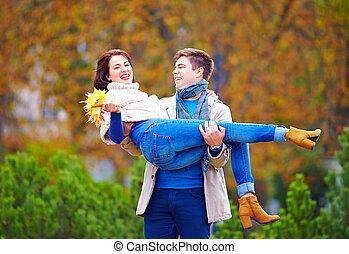 couple, parc, automne, amusement, avoir, heureux