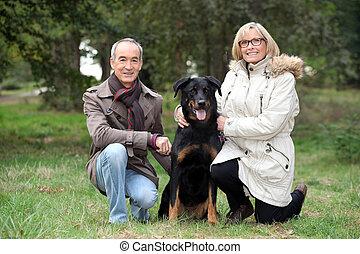 couple, parc, chien, leur, poser, personne agee