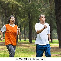 couple, parc, ensemble, jogging, personne agee, heureux
