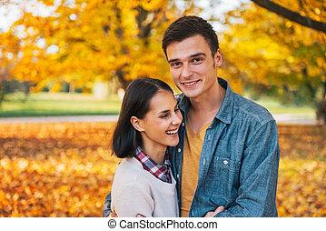 couple, parc, jeune, automne, dehors, portrait, heureux