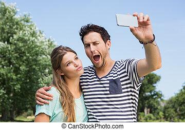 couple, parc, mignon, selfie, prendre