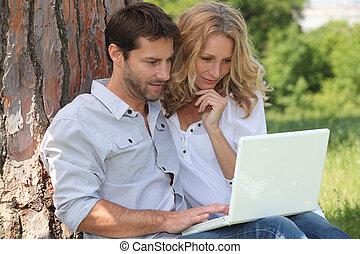 couple, parc, ordinateur portable