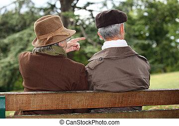 couple, parc, personne agee, assis, banc