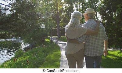 couple, parc, promenade, embrasser, pendant, personne agee