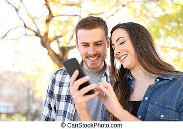 couple, parc, téléphone, utilisation, intelligent, heureux