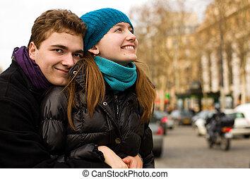 couple, paris, étreindre, rue, heureux, aimer