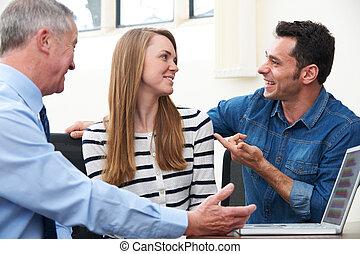 couple parler, à, conseiller financier, dans, bureau