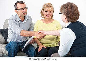 couple parler, à, conseiller financier