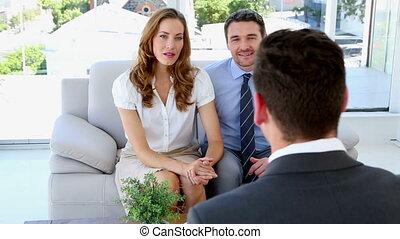 couple parler, à, leur, conseiller financier