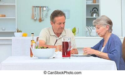 couple, pendant, temps déjeuner, personnes agées