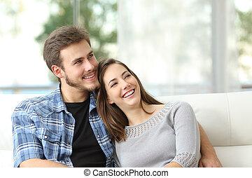couple, pensée, obliquement, regarder, maison