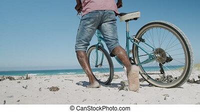 couple, personne agee, vélo, plage, marche