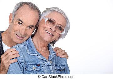 couple, personnes agées, étreindre