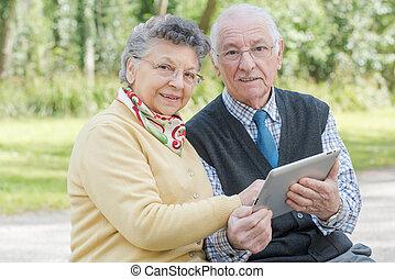 couple, personnes agées, tablette