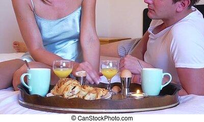 couple, petit déjeuner, lit
