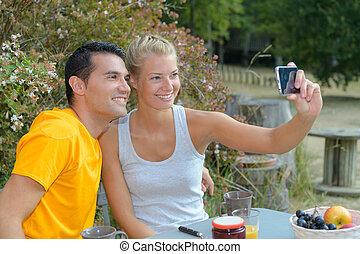 couple, petit déjeuner, photographier, eux-mêmes, avoir, heureux