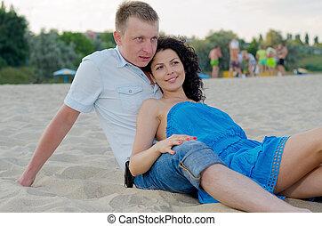 couple, plage, jeune, délassant
