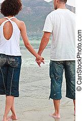 couple, plage, jeune, tenant mains